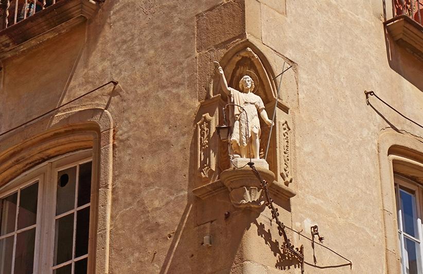 Escultura al xamfrà de Can Granell. Itinerari per Calella