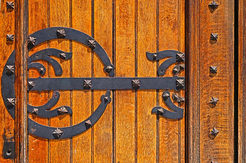 Detall de la porta de l'església de Sant Martí.