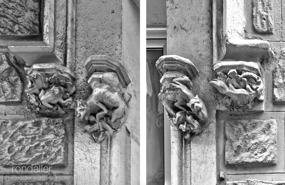 Mènsules en una finestra amb dracs, granotes i llangardaixos.