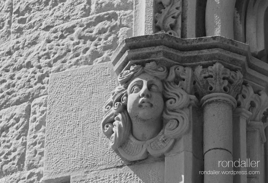 Segon itinerari per Castellterçol (Moianès). Detall d'un cap a la finestra neogòtica de la Casa Gòtica.