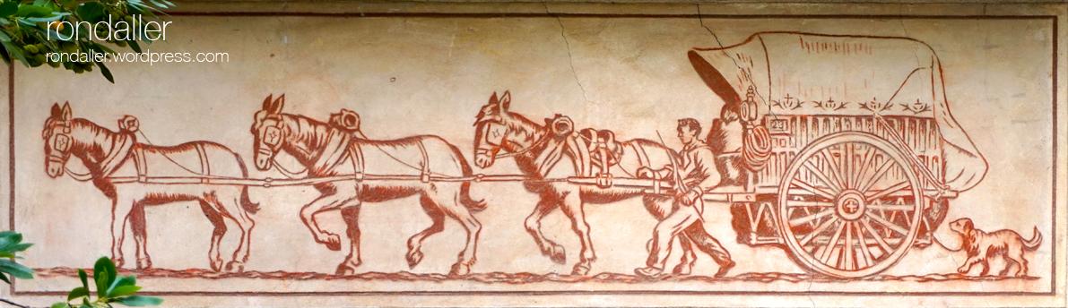 Fris representant un traginer amb el carro i tres cavalls a la plaça de la Creu. Esgrafiats de Martorell. Baix Llobregat.