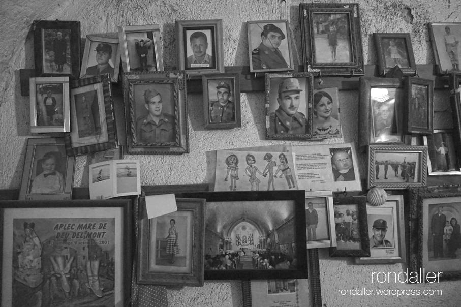 Fotografies personal penjades a la paret de l'habitació dels exvots. Santuari de la Mare de Déu del Mont, a la Garrotxa.